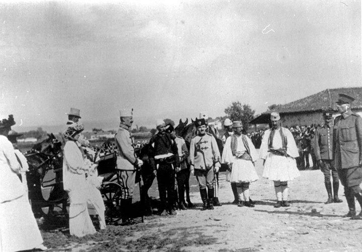 Parakalojnë para Prenk Vidit: Isa Boletini; anglezi Duncan Heaton-Armstrong, sekretari i princit; koloneli holandez Lodewijk Thomson, komandant i Xhandarmerisë Ndërkombtare (13 qershor 1914). Dy ditë ma vonë, kolonel Thomsonin e vrasin rrebelët.