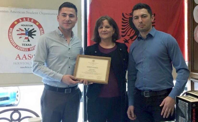 Studentët në Teksas shënojnë 7 Marsin, nderojnë mësuesen shqiptare