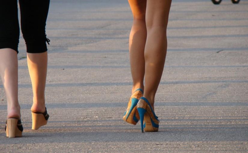 Nën këmbët e gruas